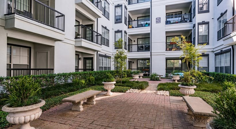 Landscaped courtyard at Cortland Bryan Place