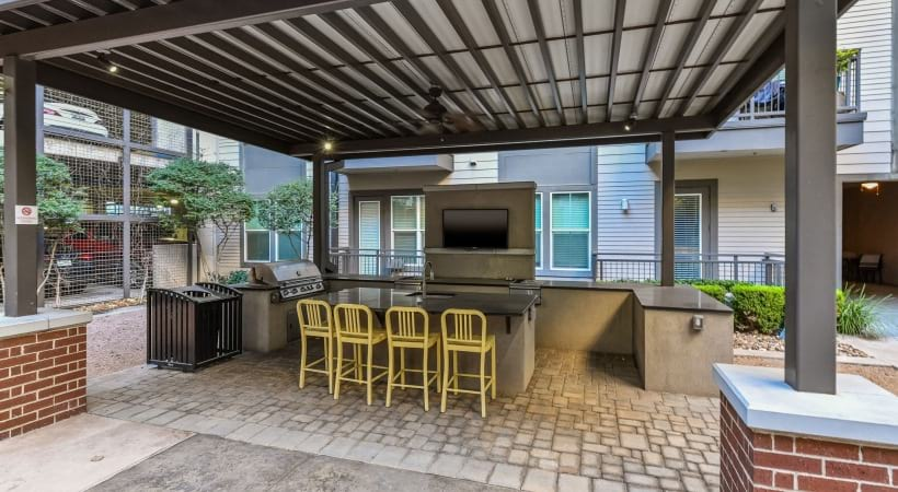 Outdoor kitchen with grills in Dallas, TX
