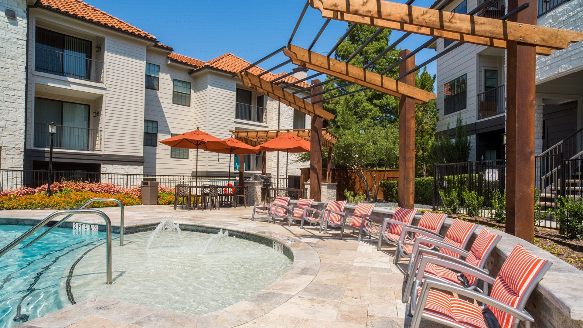 Resort style pool with sun deck at Las Colinas apartments