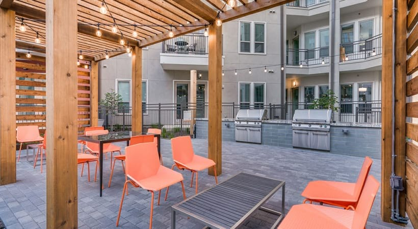 Outdoor lounge with gas grills at Las Colinas apartments - Irving, TX