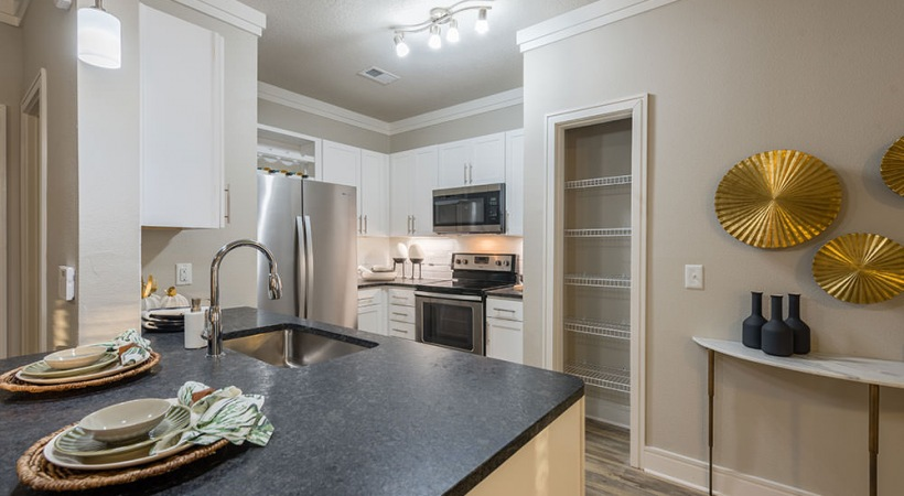 Kitchen with granite countertops at Cortland Vera Sanford