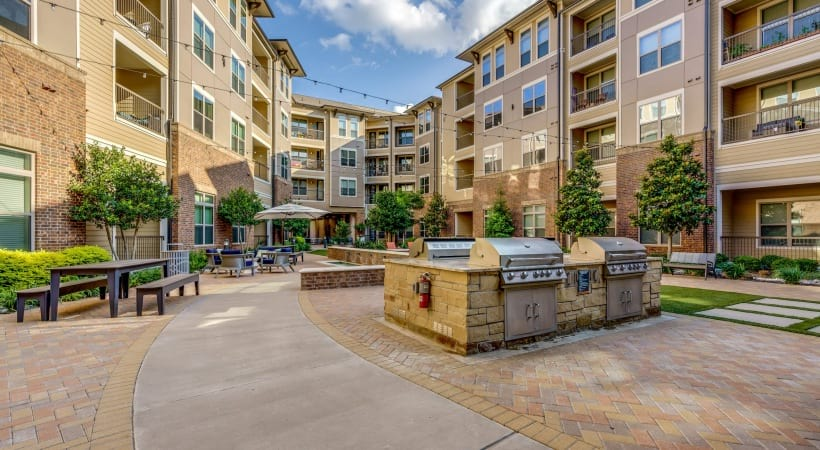 Outdoor kitchen grills with seatings at Circa Verus Frisco apartments near Stonebriar Mall