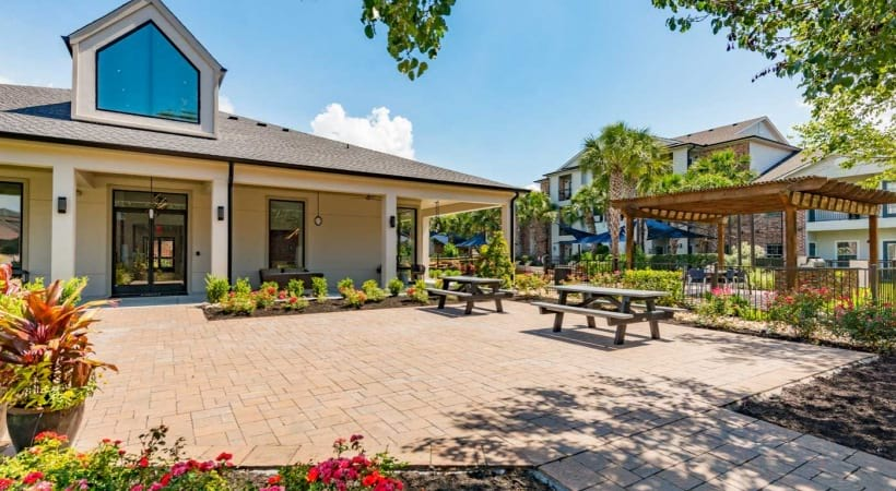 Oudoor courtyard at Cortland Med Center