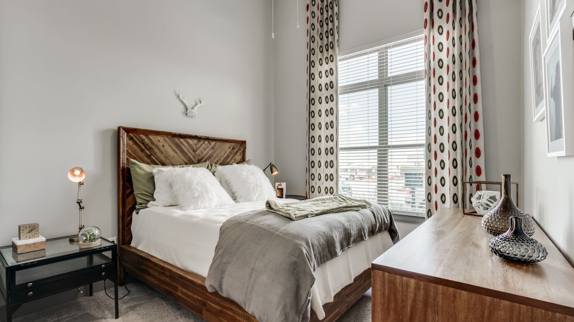 A modern apartment bedroom with cozy home decor at Circa Verus Frisco